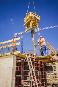 wylewanie betonu z pojemnika